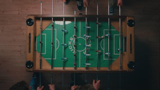 Top-Schuss von Jungs spielen Fußball Gedeckter Tisch in apartment