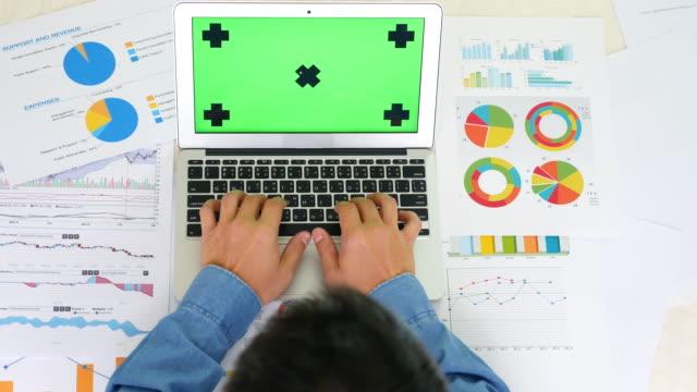 Topview: affärsman som arbetar på kontor skrivbord, grön skärm