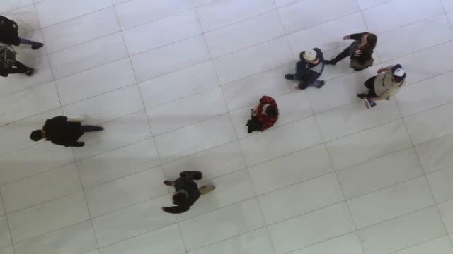 vidéos et rushes de top-voir la vidéo de la foule se déplaçant dans le centre d'affaires - vue en plongée verticale