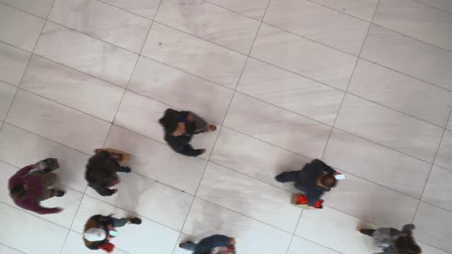 vídeos y material grabado en eventos de stock de vídeo de vista superior de la multitud que se mueve en el centro de negocios - piso de edificio