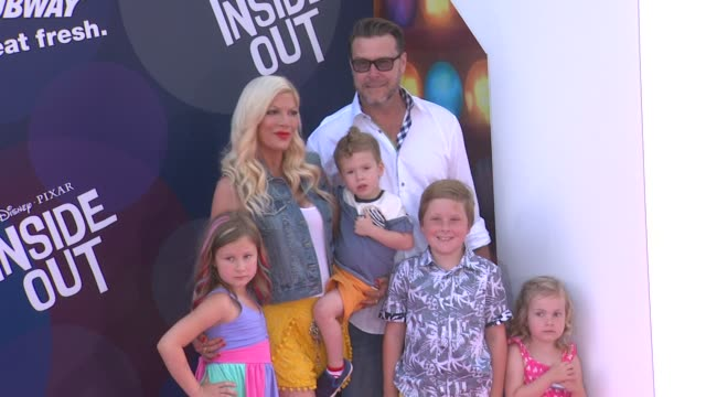 vídeos de stock e filmes b-roll de tori spelling and dean mcdermott at disneypixar's inside out los angeles premiere at the el capitan theatre on june 08 2015 in hollywood california - tori spelling