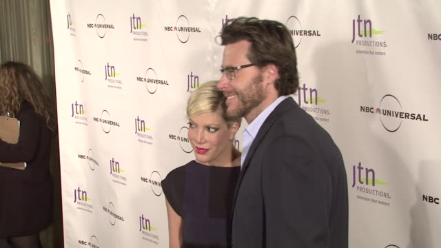 vídeos de stock e filmes b-roll de tori spelling and dean mcdermott at the jeff gaspin receives jtn productions' vision award at los angeles ca - tori spelling