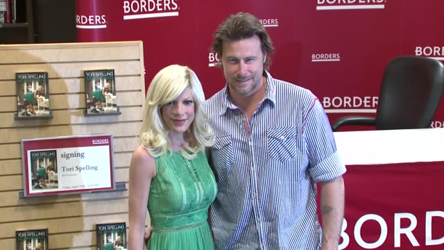 vídeos de stock e filmes b-roll de tori spelling and dean mcdermott at the tori spelling signs copies of 'mommywood' april 17 2009 at new york ny - tori spelling