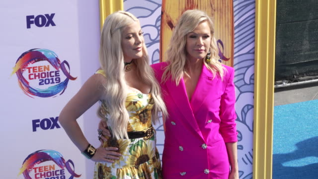 vídeos de stock e filmes b-roll de tori spelling and jennie garth at the teen choice 2019 on august 11 2019 in hermosa beach california - tori spelling