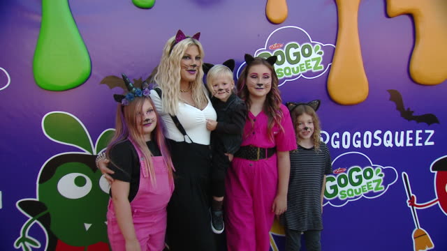 vídeos de stock e filmes b-roll de tori spelling at gogo squeez gogoween launch event at mr bones pumpkin patch on october 07 2019 in culver city california - tori spelling