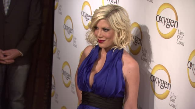 vídeos de stock e filmes b-roll de tori spelling at the oxygen media's 2011 upfront presentation at new york ny - tori spelling