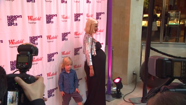 vídeos de stock e filmes b-roll de tori spelling at the westfield topanga celebrates fashion's night out at canoga park ca - tori spelling