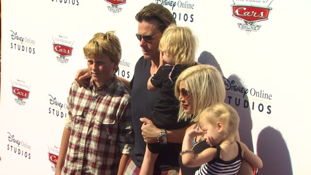 vídeos de stock e filmes b-roll de tori spelling dean mcdermott and family at the disney/pixar celebrates the launch of the world of cars online at burbank ca - tori spelling