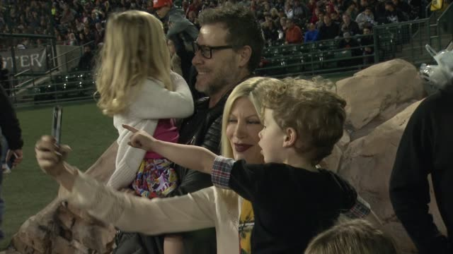 vídeos de stock e filmes b-roll de tori spelling dean mcdermott hattie margaret mcdermott and finn davey mcdermott at monster energy supercross celebrity night at angel stadium of... - tori spelling