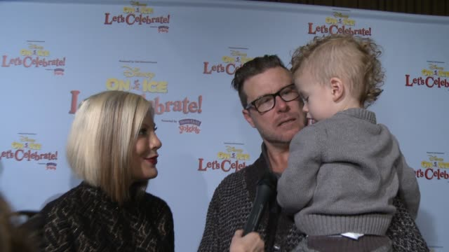 vídeos de stock e filmes b-roll de interview tori spelling dean mcdermott on being a part of the event their family's favorite disney character how they're spending the holidays at... - tori spelling