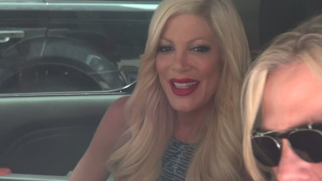 vídeos de stock e filmes b-roll de tori spelling in her car outside of siriusxm satellite radio in celebrity sightings in new york - tori spelling