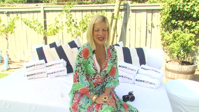 tori spelling on taking pictures of her children at the tori spelling and sony nex cameras host backtoschool bbq at los angeles ca - トリ スペリング点の映像素材/bロール