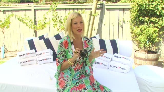 tori spelling on the bbq party and using her camera at the tori spelling and sony nex cameras host backtoschool bbq at los angeles ca - トリ スペリング点の映像素材/bロール