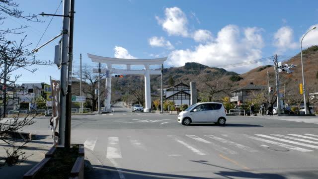vídeos de stock, filmes e b-roll de torii (portão) à beira da estrada em chichibu - vista da cidade