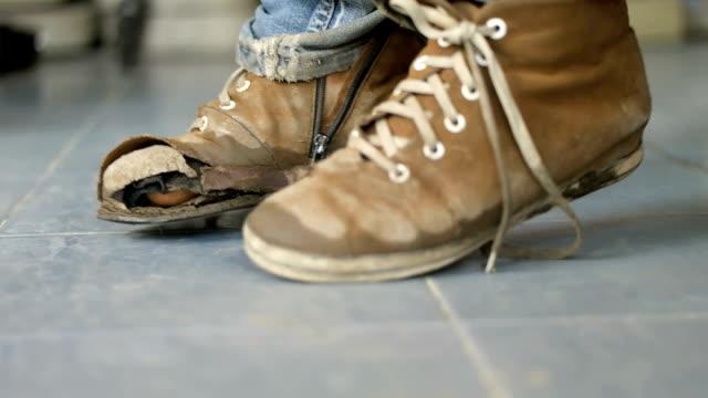 vídeos y material grabado en eventos de stock de rasgado zapatos para niños - zapatillas de deporte