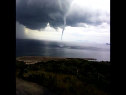vídeos de stock e filmes b-roll de tornado pipe is seen over marmara sea after heavy rain in canakkale, northwest city of turkey on 25 october, 2014. - forma de água