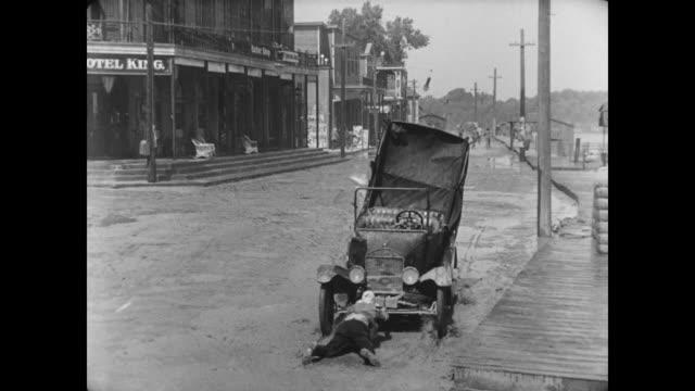 vidéos et rushes de 1928 tornado winds send townspeople running for cover - 1928