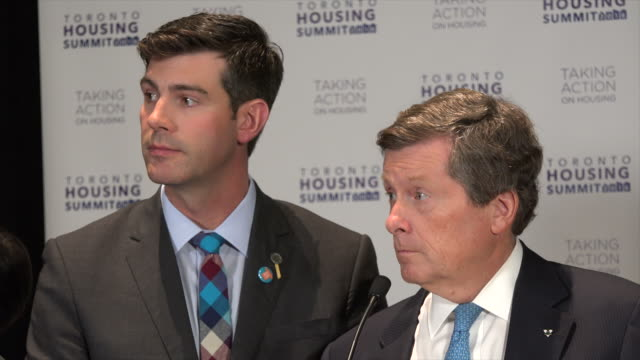 vidéos et rushes de john tory mayor of torontocanada speaks to participants big city mayors acknowledge problems and challenges and increase pressure on canada federal... - maire