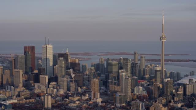 luftbild der skyline von toronto, kanada - cn tower stock-videos und b-roll-filmmaterial