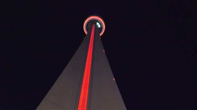 stockvideo's en b-roll-footage met toronto, canada, downtown district at night - cn tower