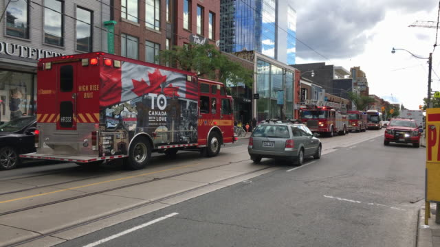 vidéos et rushes de toronto, canada: fire department in action, fire trucks attend to an alarm in a downtown business - services sociaux