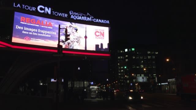 vídeos de stock e filmes b-roll de toronto, canada, illuminated board in front street - gigante personagem fictícia