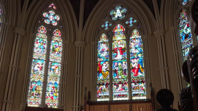 vidéos et rushes de toronto, canada: inside of the saint james cathedral - église