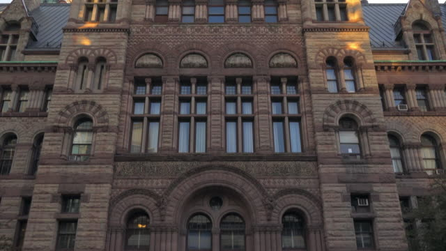 stockvideo's en b-roll-footage met toronto, canada: old city hall romanesque revival building exterior, tilt down - ontario canada