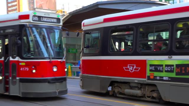 vídeos y material grabado en eventos de stock de toronto, canada: old ttc streetcars in the downtown district of the canadian city - gorro de lana