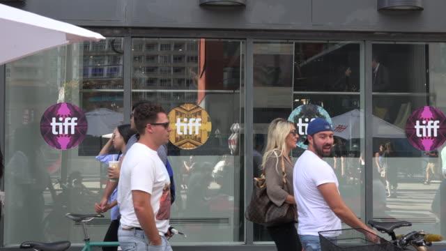 vídeos de stock e filmes b-roll de toronto, canada: real people in king street west during the tiff festival. - festival internacional de cinema de toronto