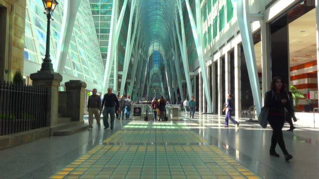 vidéos et rushes de toronto, canada: the allan lambert gallery in the downtown district of the capital city of ontario province - cour intérieure