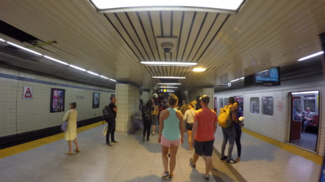 vidéos et rushes de toronto canada: the yonge and bloor subway station, point of view at the level of line 2 - traverse city