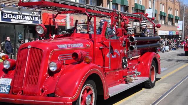vídeos y material grabado en eventos de stock de toronto, canada: vintage firetruck in the beaches eastern parade - camión de bomberos