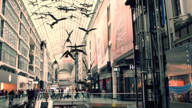 vidéos et rushes de toronto, canada, yonge dundas square in the downtown district - sculpture production artistique