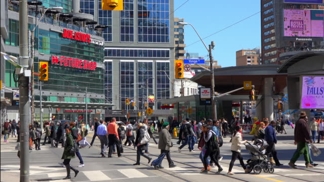 vidéos et rushes de toronto, canada: yonge-dundas square, everyday lifestyle in the downtown district of the canadian city - toronto