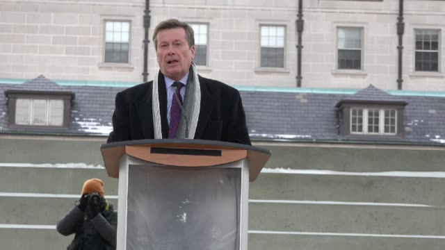 vídeos de stock, filmes e b-roll de toronto mayor john tory's speech during the je suis charlie vigil at nathan phillips square to honor the victims of the charlie hebdo magazine... - send
