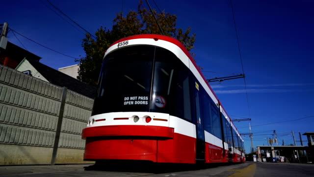 vídeos y material grabado en eventos de stock de toronto new streetcars - tranvía