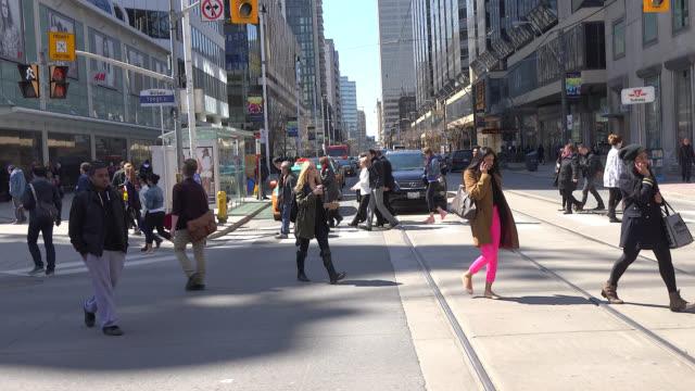 vídeos y material grabado en eventos de stock de toronto, ontario, canada-april 10, 2014: pedestrians crossing the scramble intersection which is one of the busiest in the city. the area, located in... - lugar famoso local