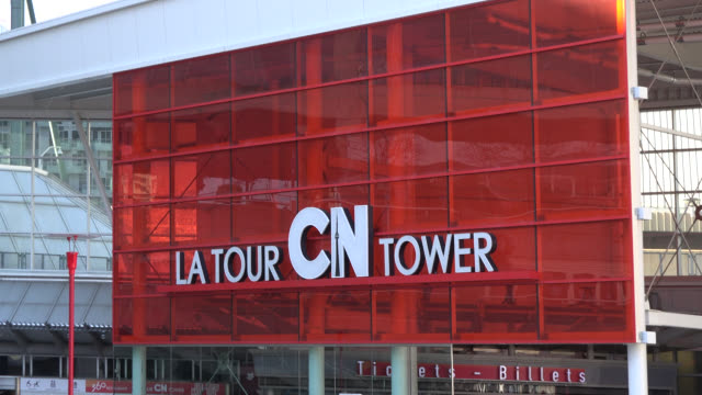 vídeos y material grabado en eventos de stock de toronto, ontario, canada-april 18, 2014: the camera zooms out from the entrance, then goes up and zooms in the main pod of the cn tower. this place... - lugar famoso local