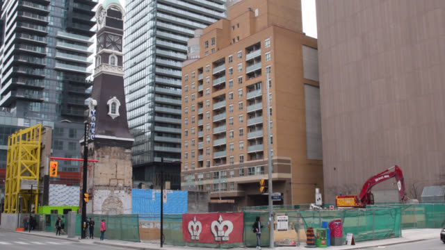 vídeos y material grabado en eventos de stock de toronto, ontario, canada-august 24, 2019: a new high-rise building is being constructed in yonge street in the downtown district of the canadian... - lugar famoso local