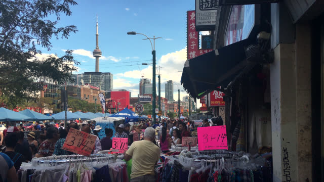 toronto, ontario, canada-august 25, 2019: people browsing on a sidewalk store in the chinatown district located alongside the spadina avenue in the... - luogo d'interesse locale video stock e b–roll