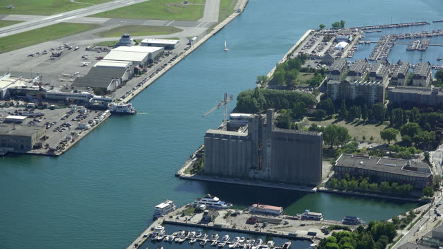 stockvideo's en b-roll-footage met toronto, ontario, canada-circa july 1, 2017: zoom in to the ferry canal joining the city and the billy bishop airport. the image is a tourist point... - ontariomeer