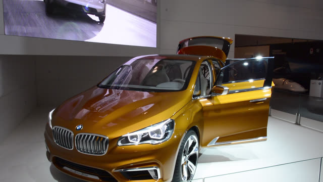 vidéos et rushes de toronto, ontario, canada-february 19, 2014: the bmw pavilion exhibits a gold-colored car. the canadian international auto show is a traditional... - 2014