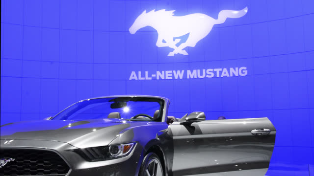 vidéos et rushes de toronto, ontario, canada-february 19, 2014: the ford pavillion showing the new ford mustang. the canadian international auto show is a traditional... - 2014
