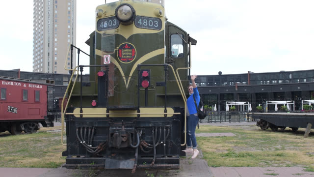 toronto, ontario, canada-july 15, 2020: heritage locomotive belonging to the canadian national railways. a tourist walks in the open-air and free... - luogo d'interesse locale video stock e b–roll
