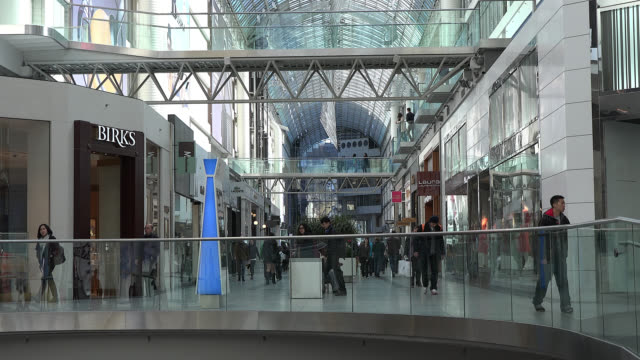 vídeos y material grabado en eventos de stock de toronto, ontario, canada-may 02, 2014: establishing shot showing the architecture and people going out and about during the daytime. the eaton center... - lugar famoso local