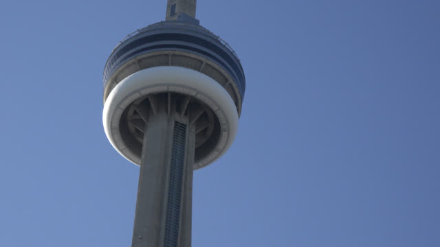 vídeos y material grabado en eventos de stock de toronto, ontario, canada-may 10, 2014: fast tilt-down of the cn tower in the downtown district. the cn tower or canada national tower is a... - lugar famoso local
