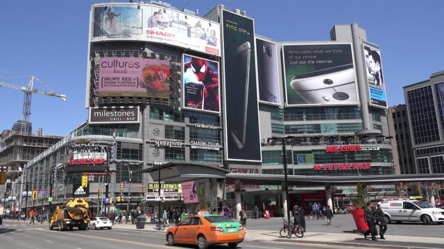 vídeos y material grabado en eventos de stock de toronto, ontario, canada-may 10, 2014: right pan in the yonge-dundas square during the daytime. yonge-dundas square is a cultural hub in the capital... - lugar famoso local