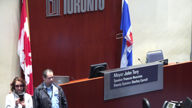 vídeos y material grabado en eventos de stock de toronto, ontario, canada-may 23, 2015: the city-government building or 'city hall' located in nathan phillips square open its doors for tourists to... - lugar famoso local