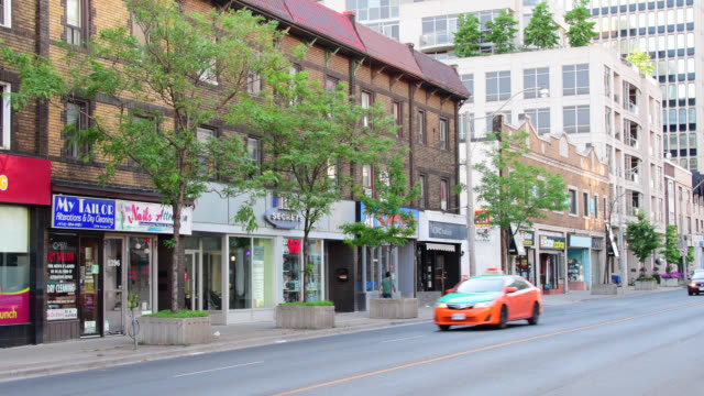 vídeos y material grabado en eventos de stock de toronto, ontario, canada-may 5, 2016: a beck taxi and other vehicles drive in yonge street at the height of midtown toronto. the street is one of the... - lugar famoso local